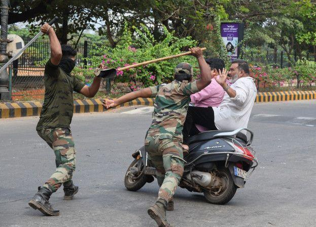 خبرنگاران پلیس هند نقض کنندگان مقررات مقابله با کرونا را مورد ضرب و شتم قرار می دهد