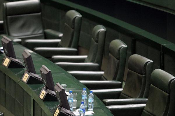 نامه وزیر بهداشت به لاریجانی درباره ادامه تعطیلی مجلس