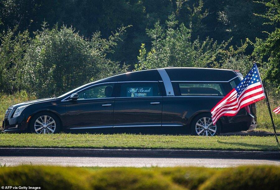 عکس روز ، خودروی حامل تابوت فلوید ، جورج کنار مادرش به خاک سپرده می گردد