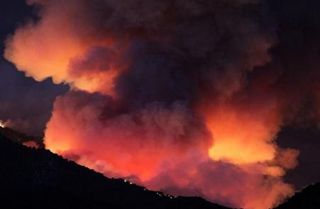 آتش سوزی گسترده در کالیفرنیا ، 8000 نفر مجبور به ترک خانه هایشان شدند