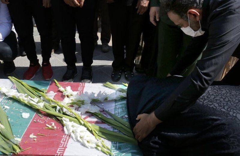 خبرنگاران پیکر یک جانباز شهید در اسفراین خاکسپاری شد