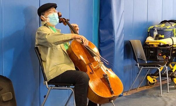کنسرت کوچک یویوما در صف واکسن
